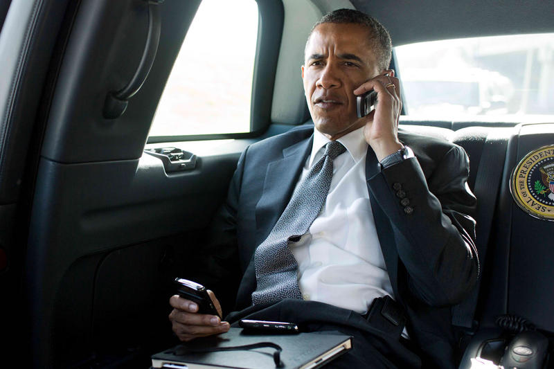 obama-on-cellphone-calling-texting-001