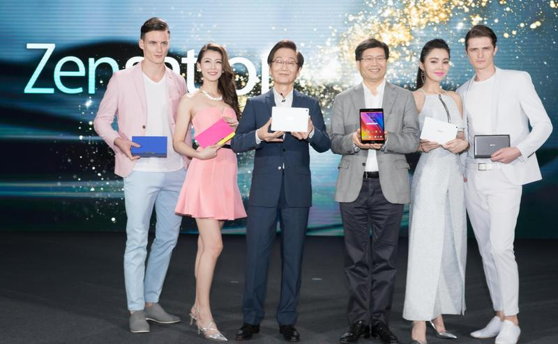ASUS Chairman Jonney Shih and CEO Jerry Chen demonstrate the fashion-inspired design