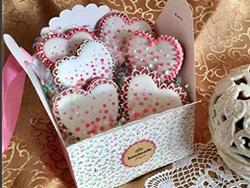 Gift your delicious cookies in one of these fashionable boxes or tins