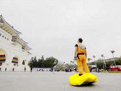 This guy dressed as Goku and turned his hoverboard into the Flying Nimbus